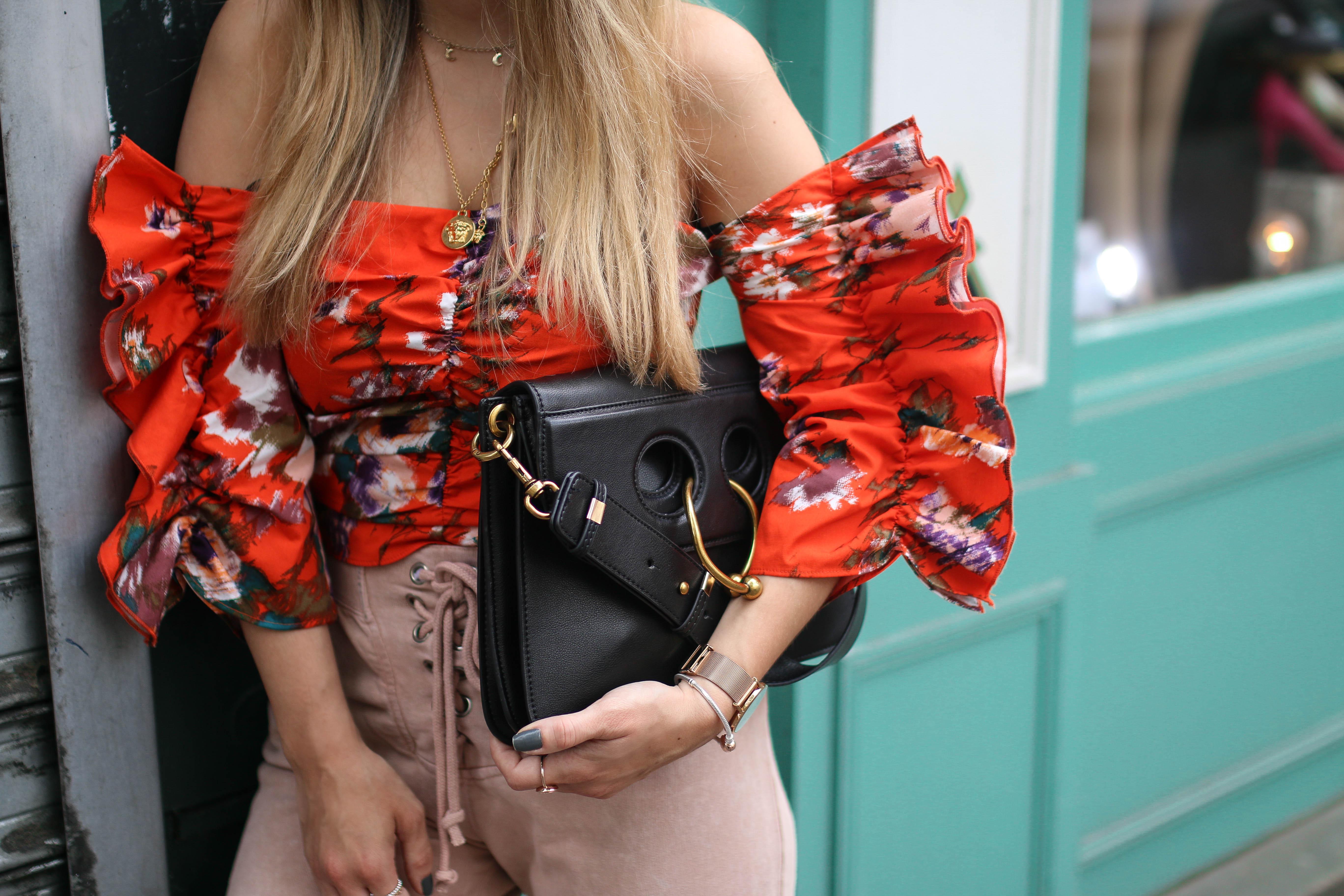 velvet adilettes streetstyle samt adiletten outfit inspiration H&M frill top
