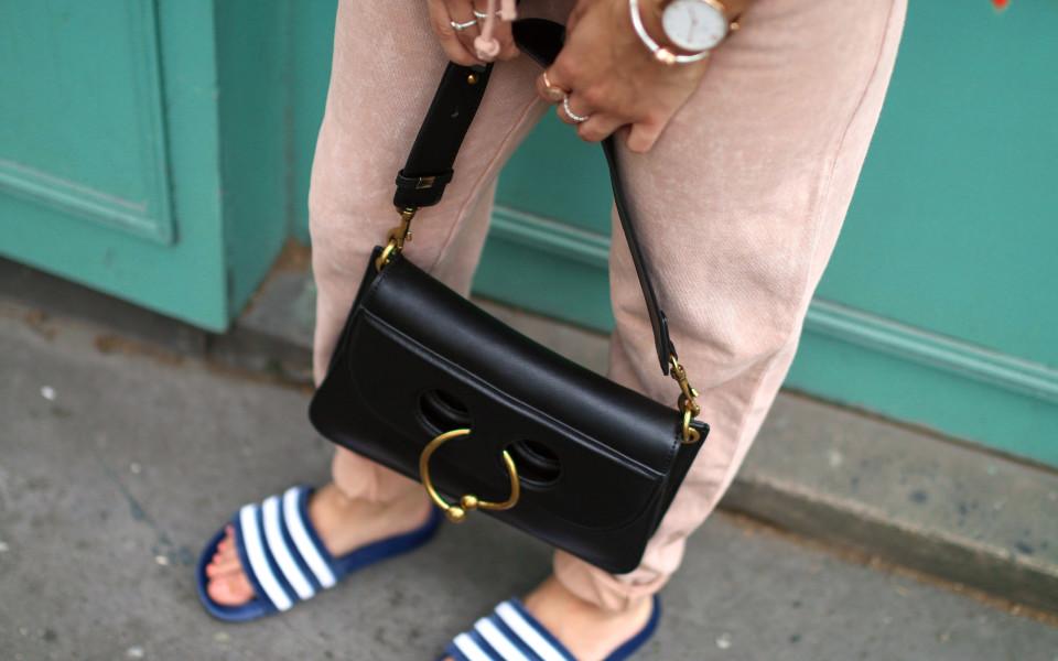 http://www.fashiontwinstinct.com/wp-content/uploads/2017/08/velvet-adilettes-trend-velvet-adiletten-latest-fashion-trend-streetstyle-paris-1-960x600_c.jpg