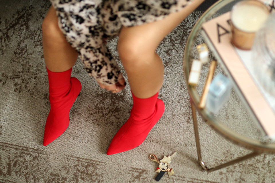 http://www.fashiontwinstinct.com/wp-content/uploads/2017/09/sock-boots-stretch-boots-sock-pumps-trend-shoes-2017-streetstyle-trend-fashion-trend-autumn-winter-2017-960x640_c.jpg