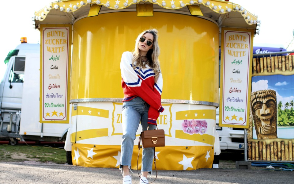 https://www.fashiontwinstinct.com/wp-content/uploads/2017/04/retro-sweater-other-stories-retro-jumper-coccinelle-arlettis-mini-bag-brown-fashion-blog-funfair-shooting-2-960x600_c.jpg